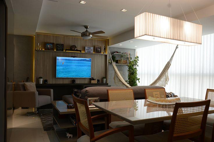 LIVING INTEGRADO Estar com painel de TV, sistema de som, lareira ecológica, rebaixo de gesso com ventilador Hunter e rede de descanso na sacada.