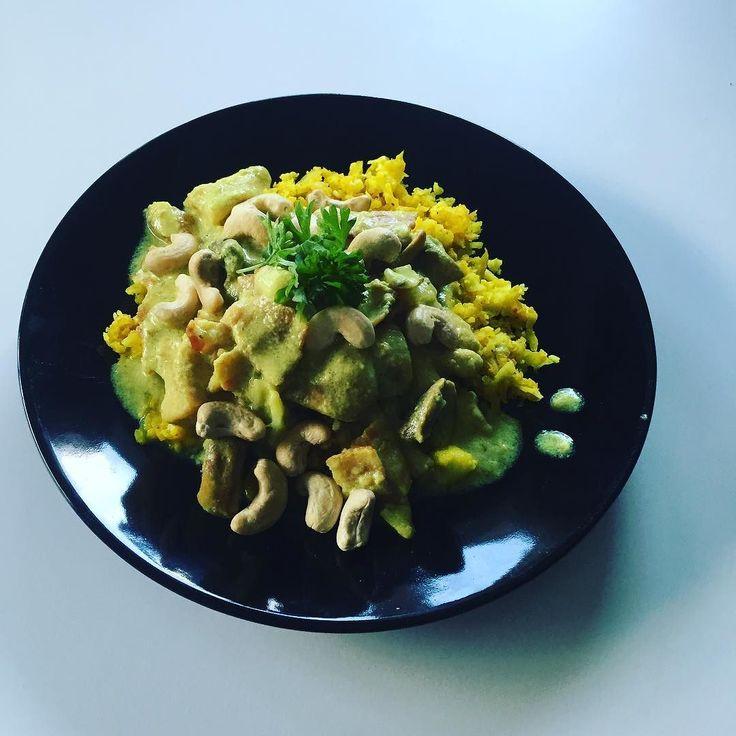 Middag- kycklinggryta med curry och blomkålsris med massa gurkmeja  #paleo30dagar#paleo#paleofood#healthy#healtylife#healtyfood#hälsosamt#kyckling#curry#gurkmeja#blomkålsris#blomkål#middag#fredagsmiddag#fredagsmys recept som vanligt från underbara @undervarttak by minkroppminmat