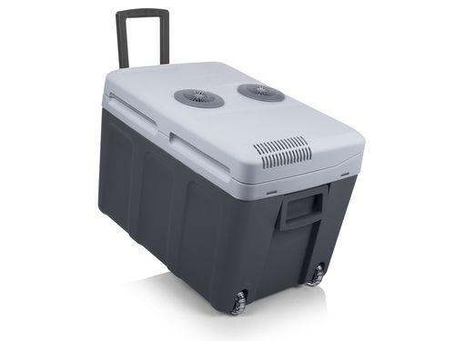 Tristar KB-7540 elektrische koelbox 40L  Lichtgewicht A koelbox met handige trolley daardoor makkelijk mee te nemen naar de camping of het strand. Zeer ruim met 40 L inhoud en geschikt voor zowel 12V en 230V.  Inhoud: 40 L  Koelt onder omgevingstemperatuur tot: 18 C  Verwarmt tot maximaal: 65 C  Thermo-elektrisch  Energieklasse: A  Voltage: 12/220-240 volt  Afneembaar deksel  Snoeropbergsysteem  Geïntegreerde handvatten  Ook geschikt voor de camping  Afmeting: 39 x 56 x 41.5 cm  Gewicht: 6.8…