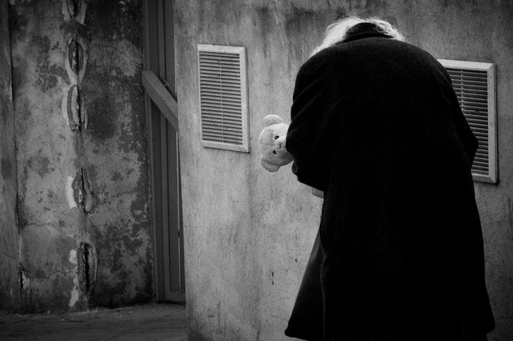#Poznań #Poznan #maxshot #photography  #BW #blackandwhite #bnw #monochrome #instablackandwhite #monoart #insta_bw #bnw_society #bw_lover #street #streetphotography #starość #samotność #miś