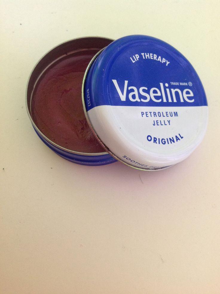 Diy color lip balm vaseline mixed with eyeshadow color