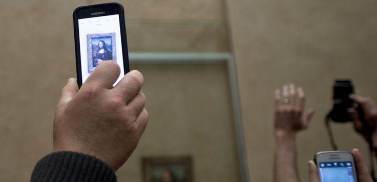 """Des touristes photographient """"la Joconde"""" au musée du Louvre à Paris (NICOLAS MESSYASZ/SIPA)"""