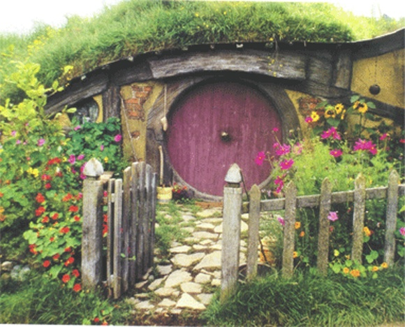 okay who doesn't want to secretly live in a hobbit home? especially with a big round door!!!