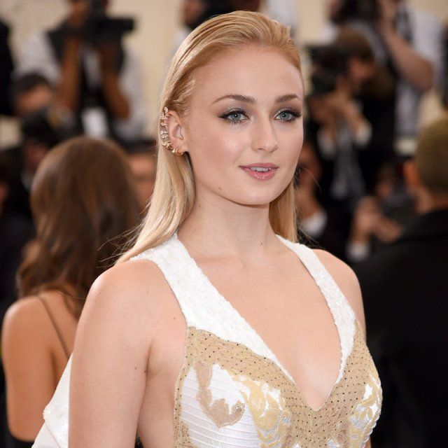 Sophie Turner MET gala 2017. It's so strange to see lady Sansa without her signature red hair...