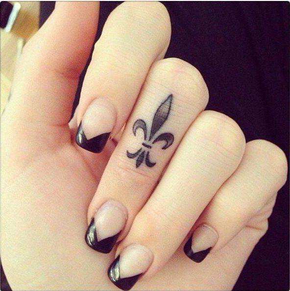 tatouage sur le doigt délicat - motif noir et très original