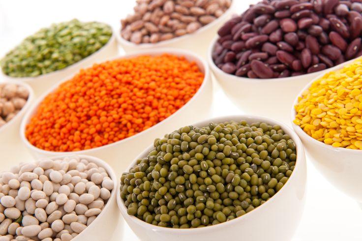 Las leguminosas como la lenteja, el garbanzo, fíijol, arveja, habas y soya, son una rica fuente de proteína, al combinarlas con cereales logras un plato más completo y saludable.