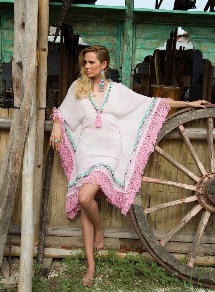 Exclusieve handgemaakte tuniek van Nizhoni met lichte Tie Dye print, kanten stof en lovertjes.
