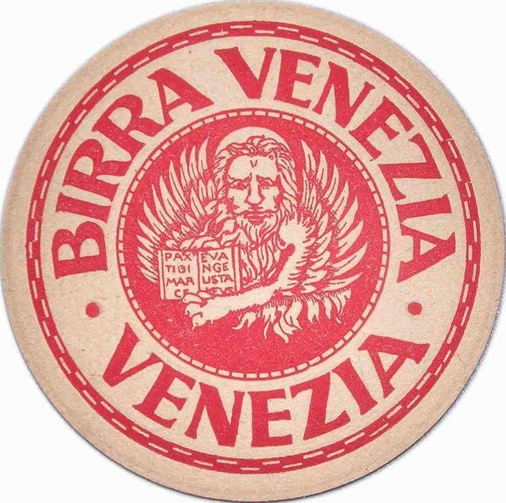 """La Birra Venezia. Venezia ha avuto in passato ben quattro birrifici, il maggiore era il """"Birra Venezia"""": produceva circa 150 mila ettolitri l'anno, dava lavoro a centinaia di dipendenti ed esportava persino nella """"patria della birra"""", in Germania. Birra Venezia viene fondata nel 1835 come """"Ditta Biliotti"""" in zona Santa Chiara, poi nel 1902 viene aperta la nuova e moderna birreria (progettata dall'architetto tedesco Wullekopf) alla Giudecca, in Fondamenta S. Biagio, con un fabbricato in stile…"""