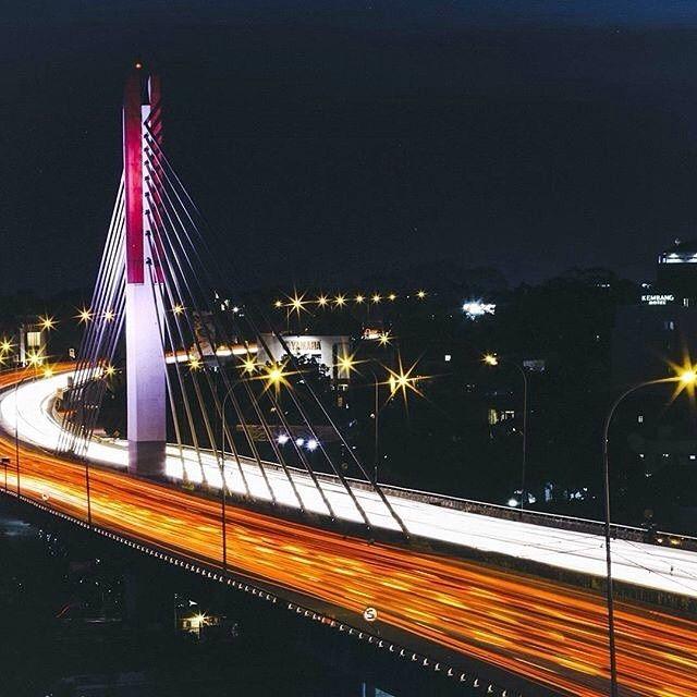 siapa yang lagi #RinduBandung? nih ada foto dari @yudawiyasa Pasupati Flyover -------- Jembatan Pasupati atau Jalan Layang Pasupati adalah sebuah jembatan yang menghubungkan bagian utara dan timur Kota Bandung melewati lembah Cikapundung. Panjangnya 28 km dan lebarnya 30-60 m. Sebagian jalan itu dibangun di atas Jalan Pasteur adalah jalan lama dengan pohon palm raja disebelah kanan dan kirinya yang menjadi ciri kota Bandung.  Jalan Layang Pasupati juga menjadi salah satu ikon Kota Bandung…