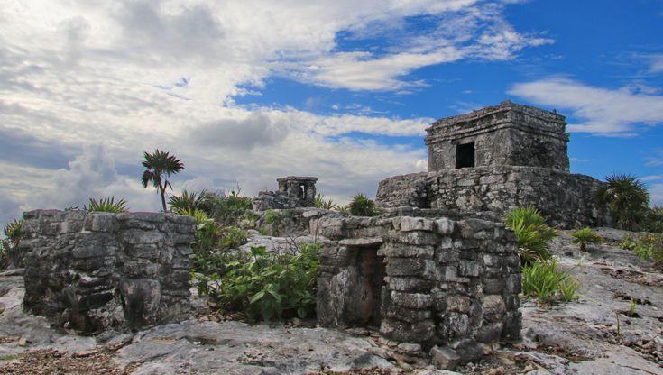 Giganteschi blocchi di pietra dominano il mare tropicale che cerca di inghiottirli, ma nonostante ciò essi rimangono ben visibili anche in lontananza.