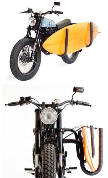Moto con extensión para transportar tabla de surf.