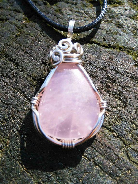 Mira este artículo en mi tienda de Etsy: https://www.etsy.com/es/listing/266819619/colgante-de-piedra-cuarzo-rosa-engarzado