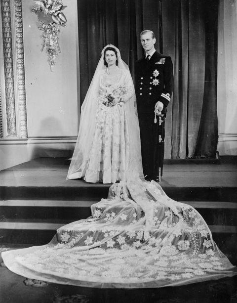La principessa Elisabetta e il Duca di Edimburgo dopo le nozze a Westminster il 20 Novembre 1947.  -cosmopolitan.it