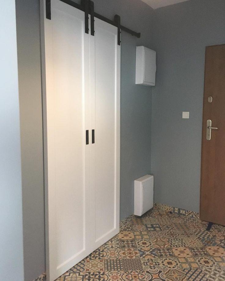 Drzwi działowe przesuwne w stylu rustykalnym (jak do stodoły) wykończone na styl skandynawski. Jest to nowość w naszej ofercie. My jesteśmy zauroczeni tym pomysłem a Wy? #drzwiprzesuwne #drzwi #door #barndoor #scandinavian #scandinavianstyle #rustykalny #decor #design #dom #home #homesweethome #hall #meble #furniture #nowemieszkanie #white #biel #instasize #instaphoto #stolarz #warszawa #warsaw #poland