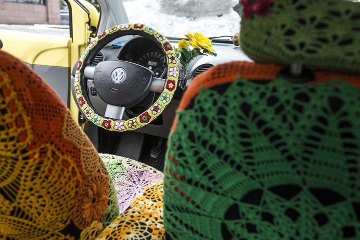 Järvenpääläinen Suvi-Maria Knuutinen pitää pyöreistä autoista ja aurinkoisista väreistä. Hän sisusti keltaisen Volkswagen Beetlensä värikkäillä pitseillä.