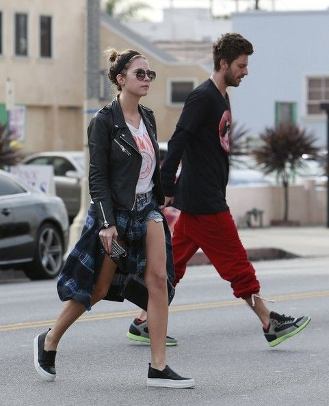 "Ashley Benson and Ryan Good Photos - Stars at the ""2011 VH1 Do Something Awards"" in Hollywood - Zimbio"