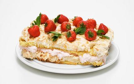 Marängtårta med rabarber och jordgubbar - Recept - Arla