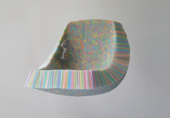 The Clutch Chair  Projetada por Scott Javie, a Clutch Chair essa cadeira inovadora foi feita com mais de 10.000 canudinhos.