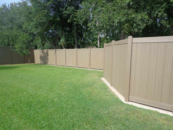 Natural cedar vinyl fence dallas vinyl landscaping for Natural privacy fence