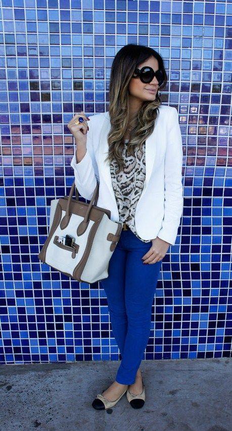 Azul + oncinha = tudo o que precisávamos para uma inspiração! O restante do look fica por conta dos tons mais neutros do blazer e da bolsa.