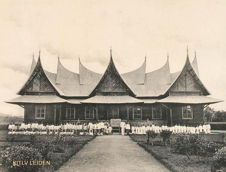 Onderwijzers en leeringen van de Minangkabause school van Pakan Komis bij Tilatang op Sumatra's west kist May 1890