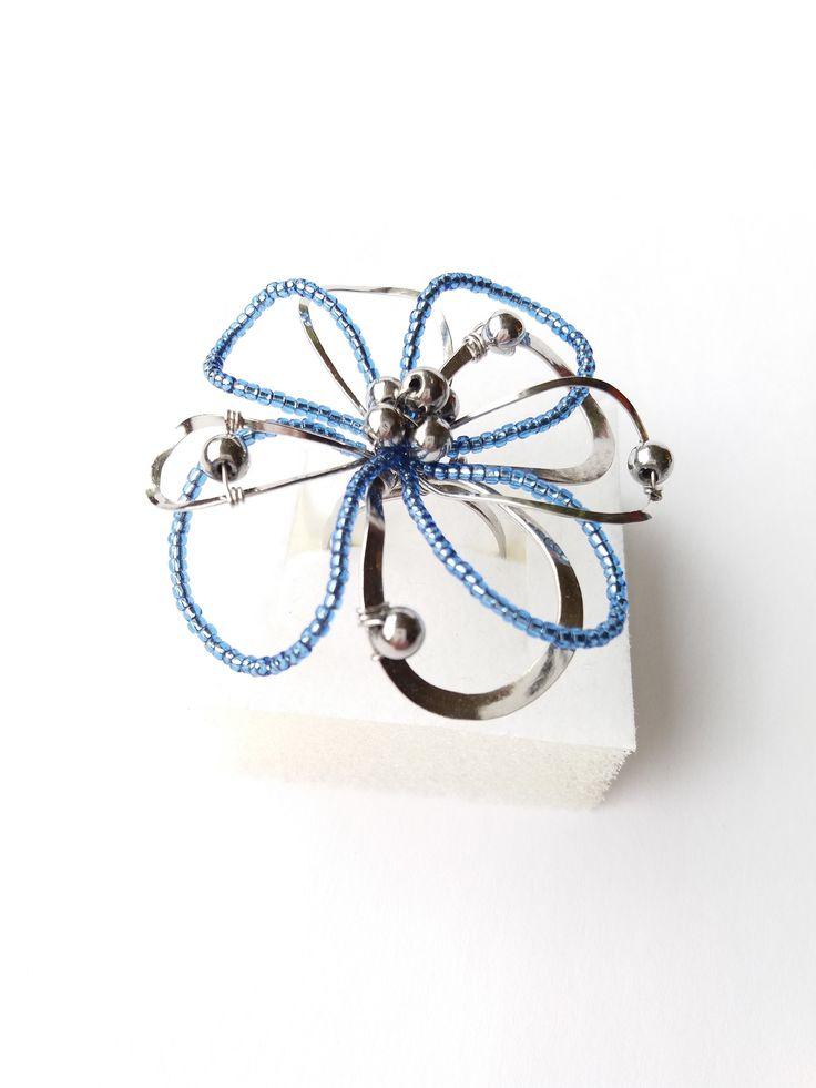 """Prsten+Nr.106+""""Květ+z+modrého+blankytu+stvořený""""+Autorský+šperk.+Originál,+který+existuje+pouze+vjednom+jediném+exempláři+z+kolekce+""""Variací+na+květy"""".Vyniká+svou+lehkostí,+jedinečným+výrazem,+kouzelným+prostorovým+tvarem+a+krásnou+blankytně+modrou+barevností.+Prostorový+tvar+vždy+vypadá+velmi+lehce,+vzdušně,+zajímavě+a+na+ruce,+která+je+v+pohybu+jakoby+ožívá...."""