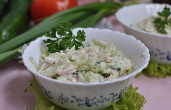 Салат из курицы и огурцов http://mirpovara.ru/recept/3202-salat-iz-kuricy-i-ogurcov.html  Здесь представлен легкий питательный салат из курицы и огурцов с добавлением отварных яиц. Все ингре...  Ингредиенты:  • Филе куриное отварное - 300г. • Огурцы - 200г. • Яйцо отварное - 2шт. • Майонез - по вкусу • Соль - по вкусу  Смотреть пошаговый рецепт с фото, на странице:  http://mirpovara.ru/recept/3202-salat-iz-kuricy-i-ogurcov.html