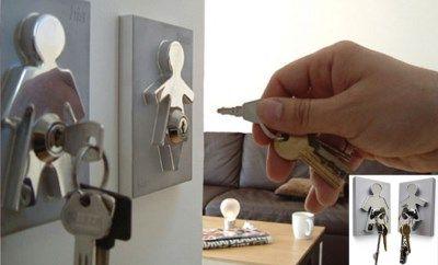 <b>Unplug Keyring</b><br> Met de unplug sleutelhouderset hoef je enkel nog de stekker uit te trekken en je bent klaar om te vertrekken. Verkrijgbaar in roos, oranje, groen, geel, zwart en wit. Richtprijs: 12,50 euro.