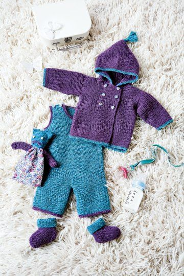 The youngest is here! And to provide a cocoon worthy of the name for this new happiness, ideas abound. To keep baby warm this winter, here's an idea of creation as convenient as charming. Purple and peacock blue, this pair is full of tenderness knitted alpaca and consists of overalls, a cute cardigan and assorted slippers. Even blanket was entitled to her dress, made in the tissue that covers the buttons on the jacket. A pompom on the hood adds the finishing touch to this outfit.