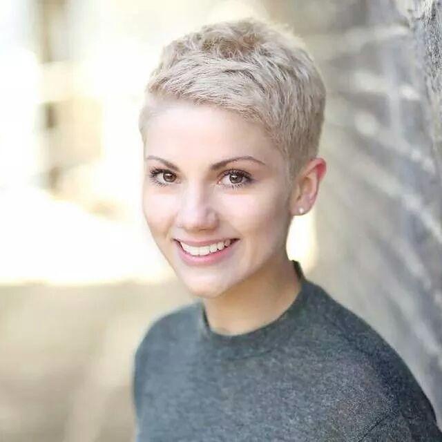 Pfiffige Kurzhaarfrisuren für Frauen mit blonden Haaren