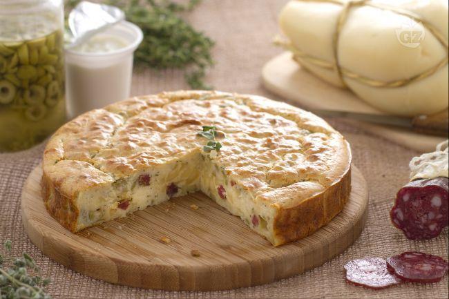 La torta 7 vasetti salata è la golosa variante dell'omonima versione dolce, farcita con salame, scamorza, olive e aromatizzata con timo e maggiorana!
