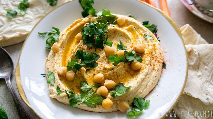 Met dit recept maak je de lekkerste hummus! Het kost een beetje tijd en geduld, maar daar krijg je geen spijt van! Ik vertel je hoe je het maakt.