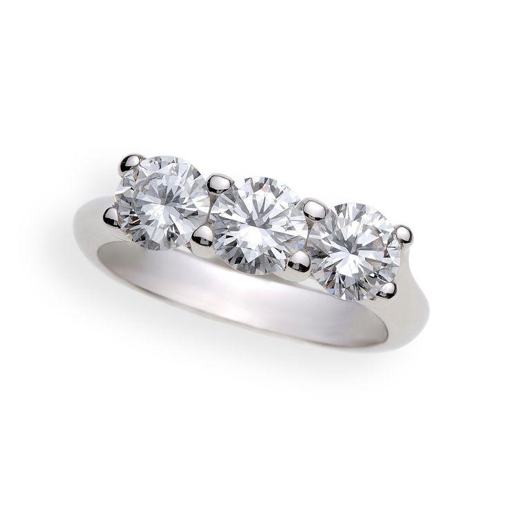 Luci di stelle    Classico ed elegante anello in platino con tre diamanti taglio a brillante.