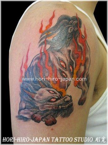 Tatuaje del zorro de nueve colas en el brazo