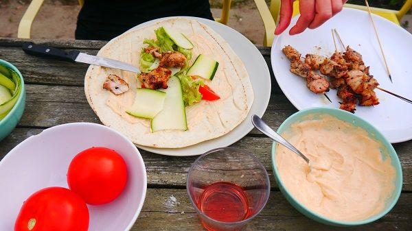 BBQ - Homemade kip durum met tahini-sriracha-saus maken