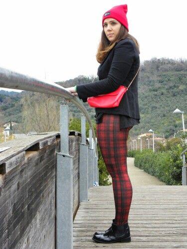 #newpost #newoutfit #fashion #fashionblogger #leggings #tartan #calzedonia #hm #berets #maisenza http://angieclausblog.com/2015/02/06/look-casual-a-fantasia-tartan/