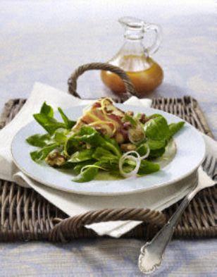 Feta in knusprigem Speckmantel auf Feldsalat mit Himbeervinaigrette
