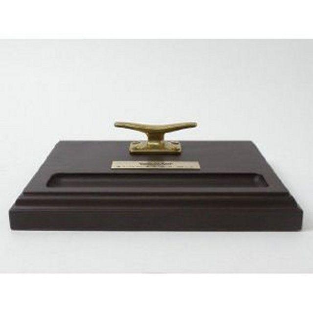 木製の台に実物の真鍮製クリートをセットしたマリン感覚のペントレーです。銘板が付属していますので、海や船に関する記念品や贈答品としてご利用下さい。尚、銘板の彫り込み文字やデザインについては「作品について質問する」ボタンからご相談下さい。折り返しメールにてデ...