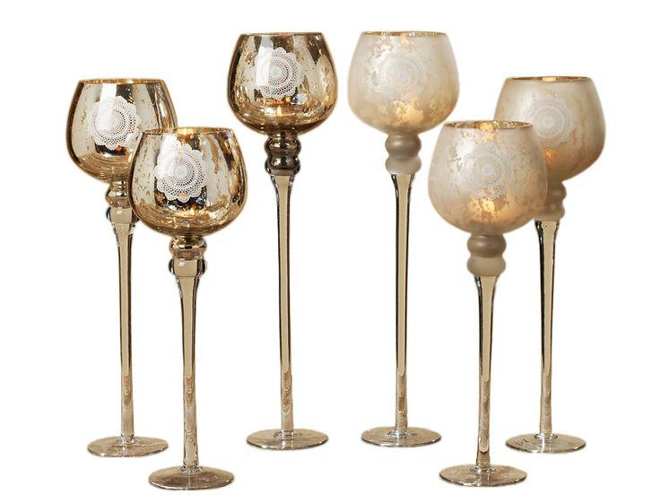 Dacă eşti împătimit de decoraţiuni deosebite atunci nu trebuie să ratezi setul de pahare pentru lumânări Manu. Setul conţine 3 pahare din sticlă, cu picior înalt şi cu înălţimi diferite cuprinse între 38 şi 47 cm.