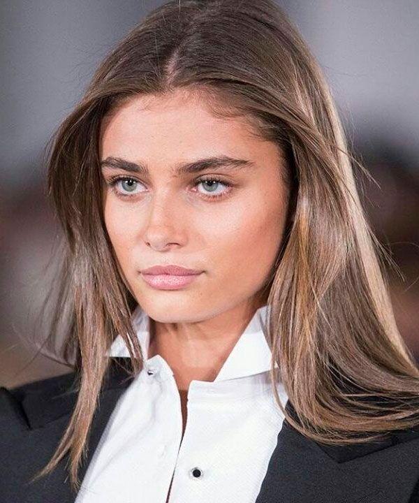 Taylor Hill é referência em sobrancelhas cheias e bem naturais - chega a ser uma beleza orgânica com quase nenhuma interferência.