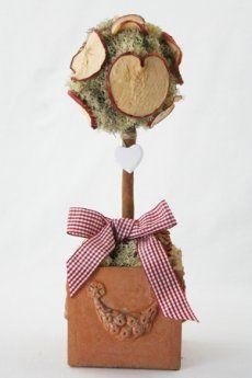 Alberello realizzato con:  muschio Islanda trattato e stabilizzato, fettine di mela essiccate e profumate, pigne naturali, un cuore di legno, stecca di cannella per il gambo, nastro a quadretti bianchi e rossi.