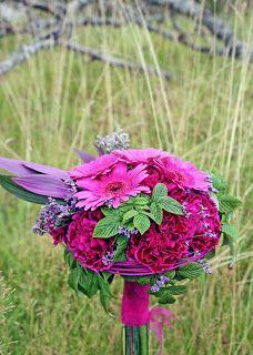 Tvåfärgad cerise nejlika och germini http://holmsundsblommor.blogspot.se/2010/09/rund-cerise.html
