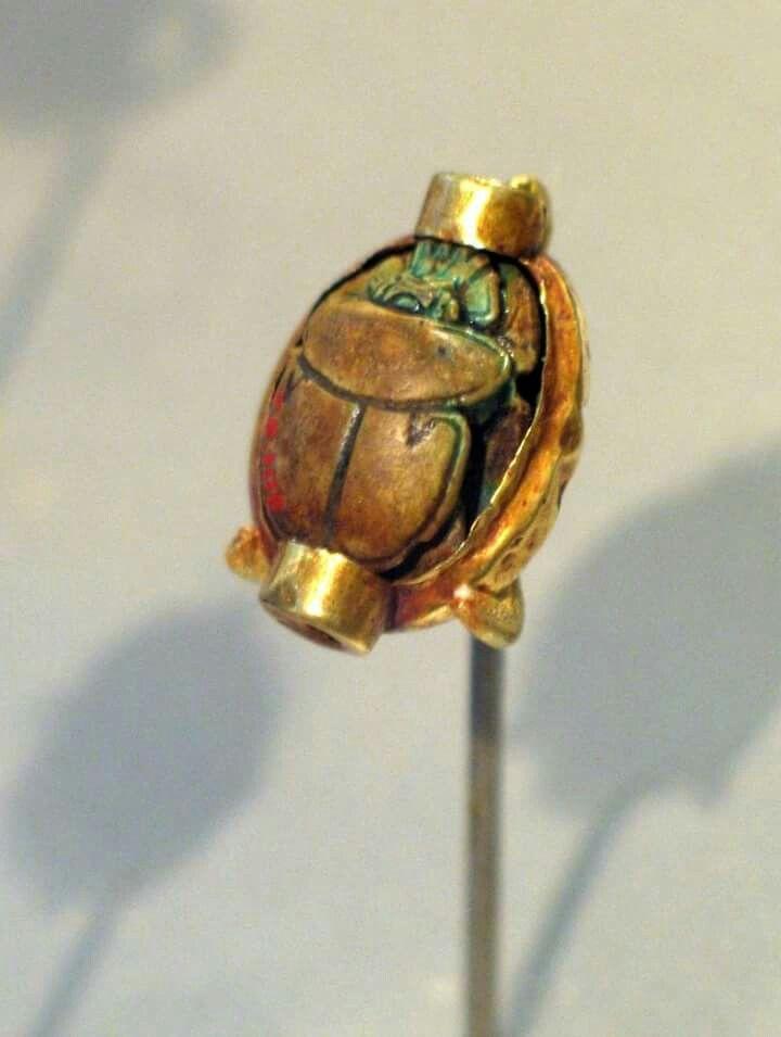 Escarabajo montado de Hatshepsut, ca. 1478-1458 a.C. Oro, y esteatita, acristalada, 1,4 x 2,2 cm.