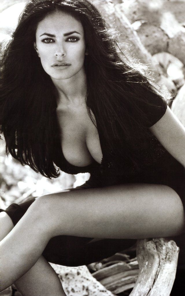 Brunette Beauty  Maria Grazia Cucinotta   ■ Il Postino: The Postman Poster   ■ Simple Italian postman learns to love poetry while delivering mail to a famous poet; he uses this to woo local beauty Beatrice(Maria Grazia Cucinotta).