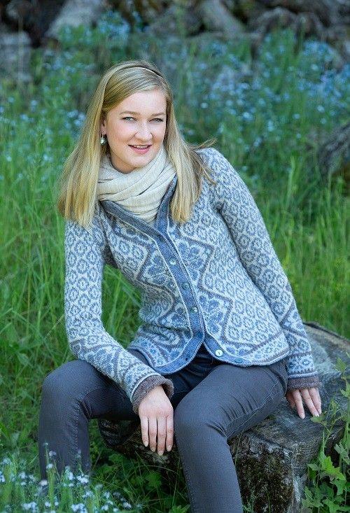 Feminin og litt pyntet kofte i duse og delikate natur- og blåtoner, med lett innsvinget liv og kledelig lengde. Koften har fine detaljer som enkle broderte maskesting og fine paljetter. Photo: Anne Helene Gjelstad