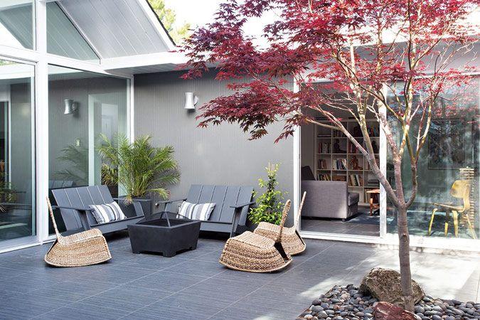 Binnentuin bij moderne bungalow
