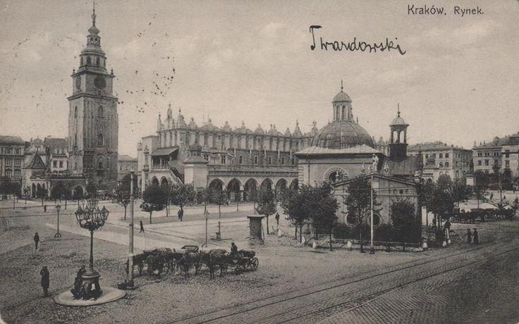 Świetna pocztówka przedstawiająca krakowski rynek w 1907 roku! Wykonana została z wylotu ulicy Grodzkiej.  Co sądzicie o jego obecnym wyglądzie a tym z dołączonego zdjęcia? Trochę się zmieniło, czy aby na lepsze? Rynek widoczny na fotografii ma jakby swój klimat...