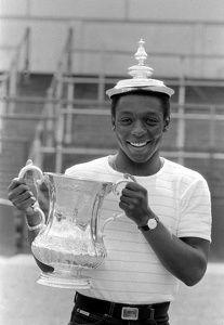 Joueur de Tottenham Hotspur Garth Crooks avec le football. 15 mai 1981…
