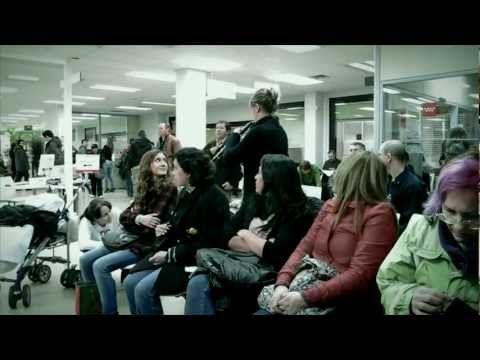"""""""Flashmob"""" en una oficina de empleo, un grupo de personas interpreta la canción """"Here comes the sun"""" de """"The Beatles""""."""