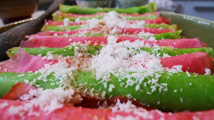 Een Indisch flensje met te gekke kleuren. Gemaakt van rijstmeel dus glutenvrij. Overgoten met Javaanse suikersiroop en kokos.
